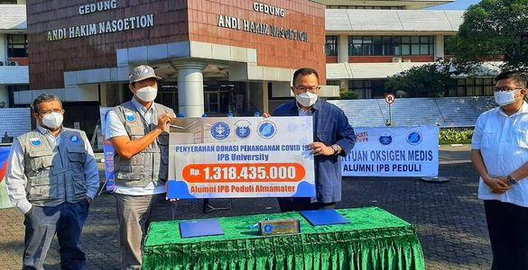IPB Salurkan Donasi Darurat Tabung Oksigen